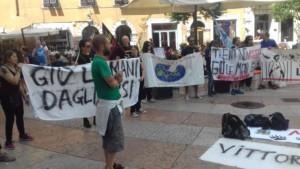 manifestazione orso 3 300x169 - Manifestazione presidio per l'uccisione dell'orso Kj2 - Sabato 19 Agosto