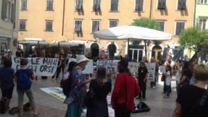 manifestazione orso 4 300x169 - Manifestazione presidio per l'uccisione dell'orso Kj2 - Sabato 19 Agosto