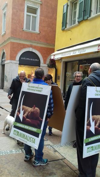 """20180324 121037 - """"A PASQUA NON UCCIDO"""" Manifestazione di protesta contro la strage pasquale di agnelli e capretti - 2018-"""